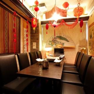 ゆったりお食事ができるおしゃれな空間。完全個室あり。