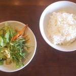 こだわりラーメンカフェ 壺水天 - サラダ・ご飯