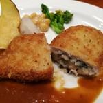 Tossajikurassan - 豚カツレツの中にはまろやかでトロトロの里芋とひじき、味噌ベースのデミグラスソースが合う!