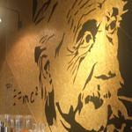 101990052 - 店内の壁に描かれたアインシュタインの絵