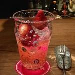 バー・オーガスタ・ターロギー - 苺のカクテル