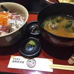 102007099 - 大きなお味噌のついた豪華海鮮丼980円。