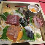 全席個室居酒屋 桜坂 - 最初はイカや鮭等お刺身の6種盛りです(写真はほぼすべて4人前です)