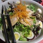 全席個室居酒屋 桜坂 - サラダは蒸し鶏の乗った野菜サラダ、これも4人分ですよ。