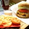 ハピネスバーガー - 料理写真:チーズバーガー (デフォでポテト付き) 暗いのであまり美味しそうに撮れなかった(ノω・、`)