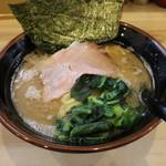 三代目 麺家 あくた川 - 料理写真:ラーメン(650円、斜め上から)