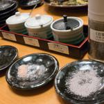 とんかつ檍 - テーブル上の塩