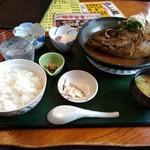 味処 一福 - 料理写真:ビンタ定食1000円 グラスは別払いの焼酎ロック