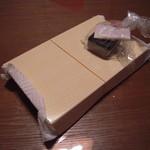 餃子専門店としや - 持ち帰り(たれ、薬味付き)箱代20円は価格に含まれる