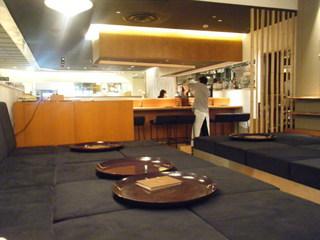和カフェ yusoshi chano-ma 上野 - このソファー座敷が快適ー
