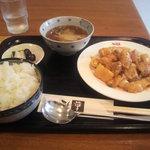 中華 彩華 - 鶏肉と白身魚のチリソースセット ¥880