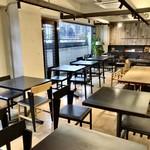 社食堂 - マットな黒とウッドでまとめられた機能的なお洒落さ