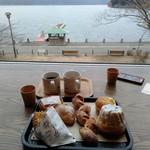 102061573 - 芦ノ湖を一望しながら食べれます