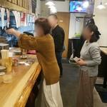立呑み 山和屋 - 食べログあるある。写真、順番待ち(笑)