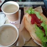 ケニーズハウスカフェ - ホットドッグとホットコーヒー