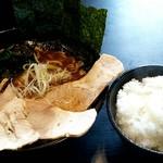 東京豚骨らーめん 酒豪 - 料理写真:魚介豚骨正油デラックス+半ライス(ランチ時無料)1000円