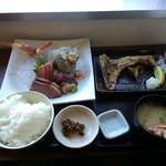 三崎「魚市場食堂」 - 市場の日替わり刺身&焼き魚定食