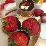 ローザンヌ - 購入したケーキと苺とチョコレート