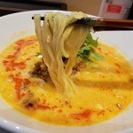 鶏白湯SOBAとよだれ鶏の店 虎舎 - 麺もたっぷりとスープを持ち上げてきます