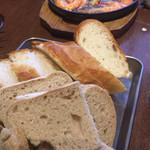 イタリアン大衆酒場HARUTA - アヒージョとパンの盛り合わせ