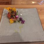 102123677 - トマトとイチゴの前菜。お花も食べられます。