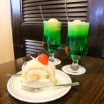 こけし屋 - イチゴロールケーキとクリームソーダ。