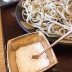 102143807 - 塩は大粒の岩塩。                       蕎麦用に小粒やパウダーのお塩はないのかなぁ〜?