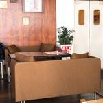 Trattoria&Pizzeria LOGIC - 内観写真:4名ソファ席もいいね