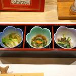 笹すし - お通し  蕾(つぼみ)菜のおひたし、なまこ酢、烏賊のヌタ