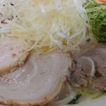 らーめん弥七 - 「塩ちゃーしゅー麺(麺量140g)」の薄切り豚バラロールチャーシュー