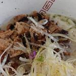 らーめん弥七 - 「塩ちゃーしゅー麺(麺量140g)」の炙りハシ(ヘタ肉)チャーシュー