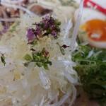 らーめん弥七 - 「塩ちゃーしゅー麺(麺量140g)」の紫蘇の花と刻み白髪ネギ