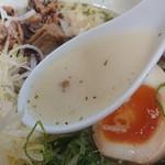 らーめん弥七 - 「塩ちゃーしゅー麺」のスープのアップ