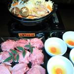 グラシアス - 黒毛和牛付き鶏すき焼き・龍のたまごを付けて召し上がり下さい。