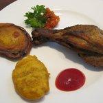 パラタ - ナスとポテトのフライとタンドリーチキン