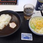 吉野家 - 黒カレー温玉のせ、生サラダ