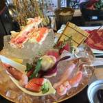 源氏総本店 - タラバ蟹の茹で蟹付き刺身盛りです。甘エビが初めて食べる大きさでした。