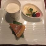 スターアニス - 料理長特製デザート  手前は豆腐チーズケーキ