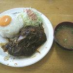 大衆食堂 泉 - 煮込みハンバーグ・目玉焼き付 (500円)