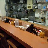 キッチン たか - 6席のカウンターはオープンキッチン!全ての席から調理工程が眺められます。店主は常に真剣勝負!