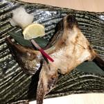 温炊き さんずい - ブリかまの塩焼き レモンの大きさで、魚の大きさがわかるかな
