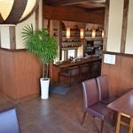 コーヒーとお茶の専門店 方丈 - 席の間隔が広いので、お隣を気にすることなくおくつろぎください。