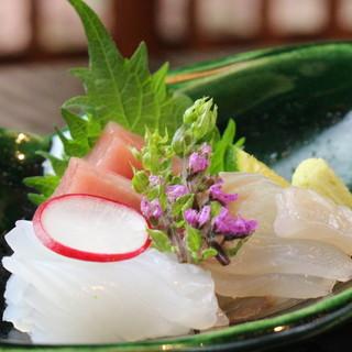 季節ならではの食材を各地より厳選。四季を楽しめる一皿を堪能。