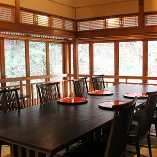 美食と共に、季節の景色も味わう。贅沢なプライベート空間。