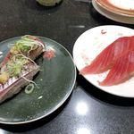 回し寿司 活 - 特選あじ 250円、まぐろ赤身 100円