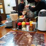 中華料理ぼたん - カウンターとテーブル席があります。