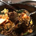 102214778 - 【ビビンバ②】お肉と生キムチの盛り付けた、ビビンバの最終形態。おこげは取り忘れました。