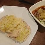 鵬天閣 - 蒸し鶏のネギソース、くらげ