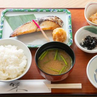 炭火で焼き上げた粕漬&魚沼産コシヒカリの定食◎ご飯が進みます