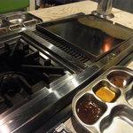 10222197 - 各テーブルには、サムギョプサル用の鉄板と鍋が~